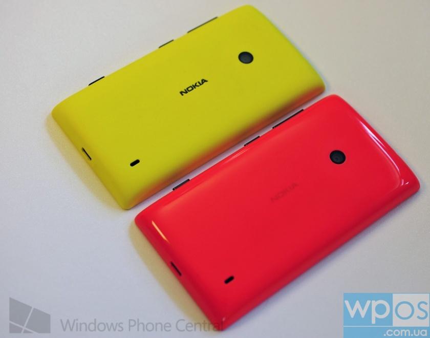 Lumia 525 (слева) против Lumia 520 (справа)