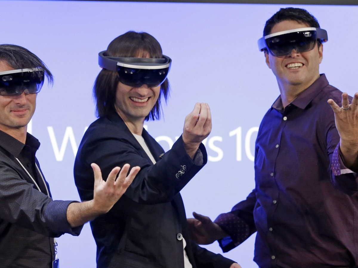 microsoft-executives-testing-hololens